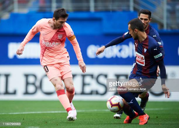 Lionel Messi of FC Barcelona duels for the ball with Joan Jordan of SD Eibar during the La Liga match between SD Eibar and FC Barcelona at Ipurua...