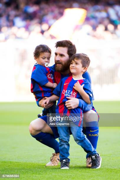 Lionel Messi of FC Barcelona poses with his sons Mateo Messi and Thiago Messi during the La Liga match between FC Barcelona and Villarreal CF at Camp...