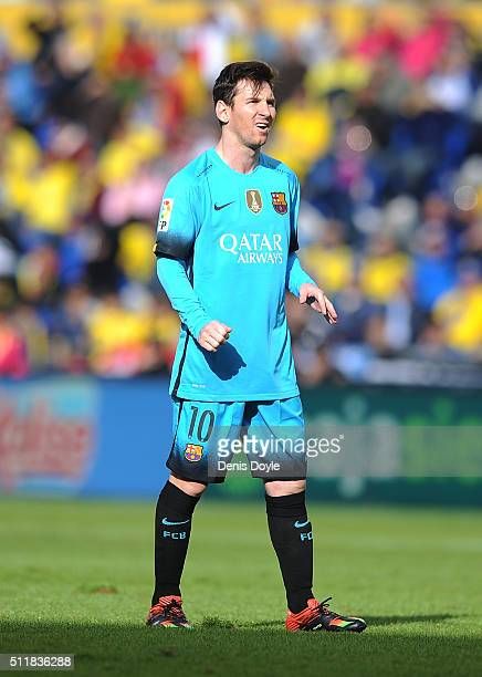 Lionel Messi of FC Barcelona reacts after taking a free kick beside Neymar during the La Liga match between UD Las Palmas and FC Barcelona at Estadio...