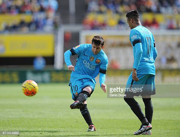 Lionel Messi of FC Barcelona takes a free kick beside Neymar during the La Liga match between UD Las Palmas and FC Barcelona at Estadio Gran Canaria...