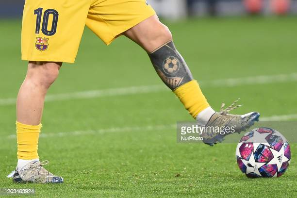 Lionel Messi of FC Barcelona tattoo on his leg during the UEFA Champions League round of 16 first leg match between SSC Napoli and FC Barcelona at...