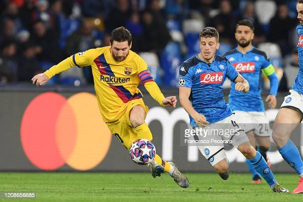 Lionel Messi of FC Barcelona vies with Diego Demme of SSC Napoli during the UEFA Champions League round of 16 first leg match between SSC Napoli and...