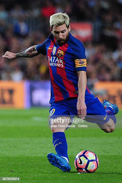 Lionel Messi of FCBarcelona shoots the ball during the Spanish League match between FC Barcelona vs Deportivo Alavés at Nou Camp on September 2016 in...