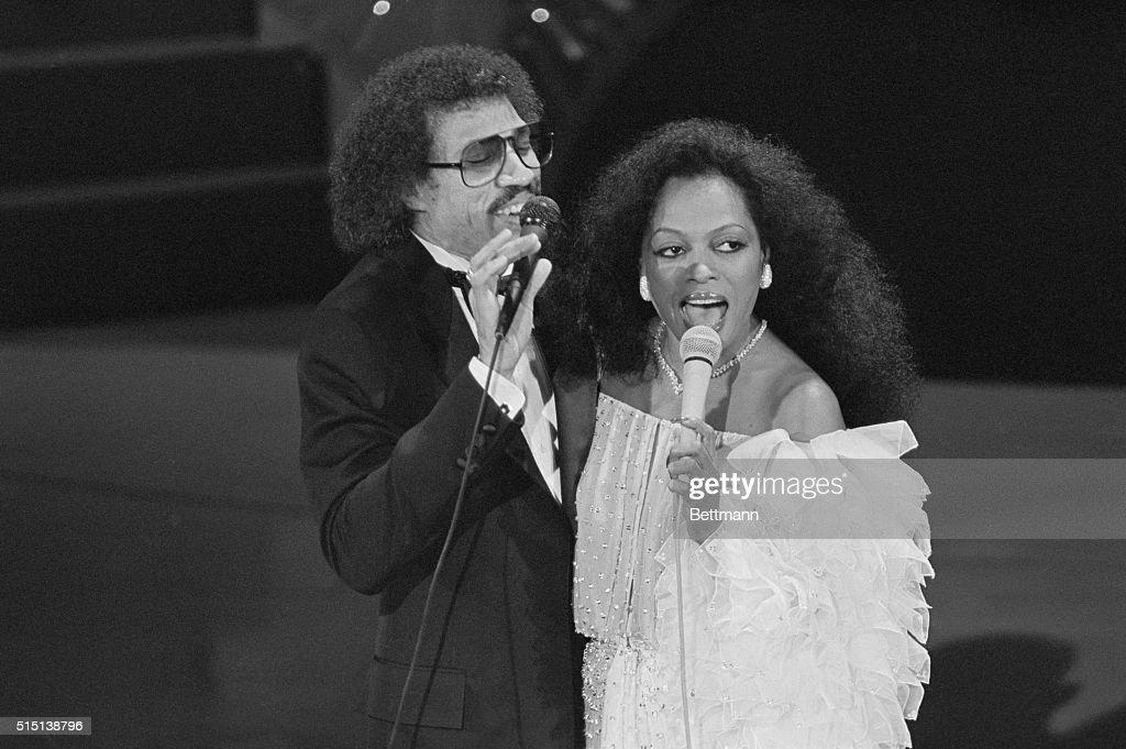 Lionel Richie and Diana Ross Singing Endless Love : Foto jornalística