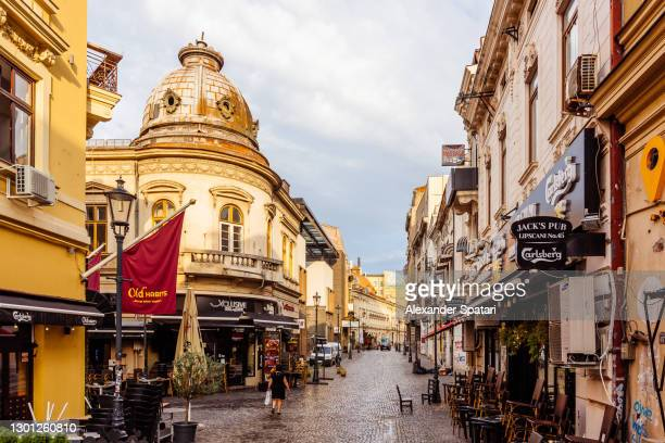 lipscani street in bucharest old town (centrul vechi), bucharest, romania - bucarest foto e immagini stock
