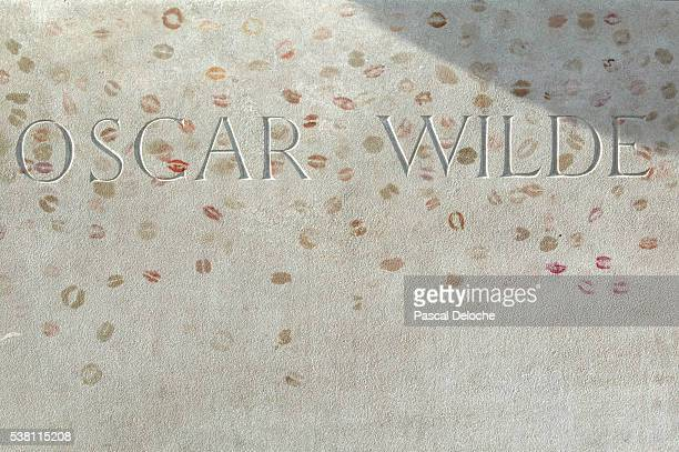 lipstick traces on oscar wilde's grave - grabmal stock-fotos und bilder