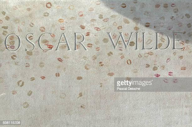 lipstick traces on oscar wilde's grave - grabstein stock-fotos und bilder