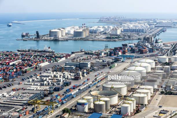 tanques de almacenamiento de gas licuado con contenedores de carga en el puerto de barcelona - dársena fotografías e imágenes de stock