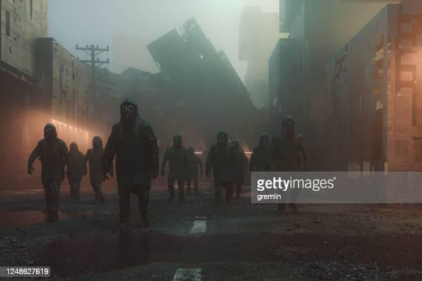破壊された都市を歩く清算人 - 準軍事的組織 ストックフォトと画像