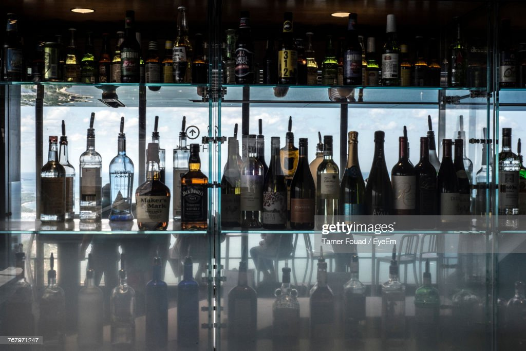 Liquor Bottles In Shelf : Foto de stock