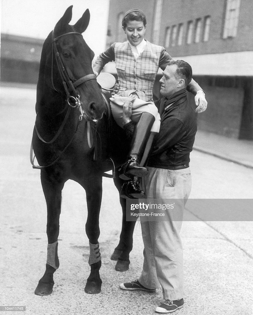 Lis HARTEL, la cavaliere danoise descend de sa monture aidee par un lad, le 5 Octobre 1953, a Londres. On lui avait predit qu'elle ne pourrait plus monter a cheval du fait d'un handicap aux jambes.