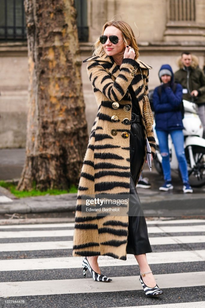 Street Style  - Paris Fashion Week - Womenswear Fall/Winter 2020/2021 : Day Four : News Photo