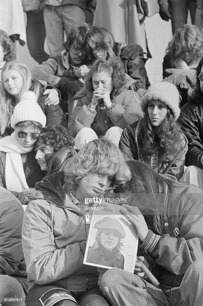 Mourners Holding Vigil for John Lennon : Foto jornalística