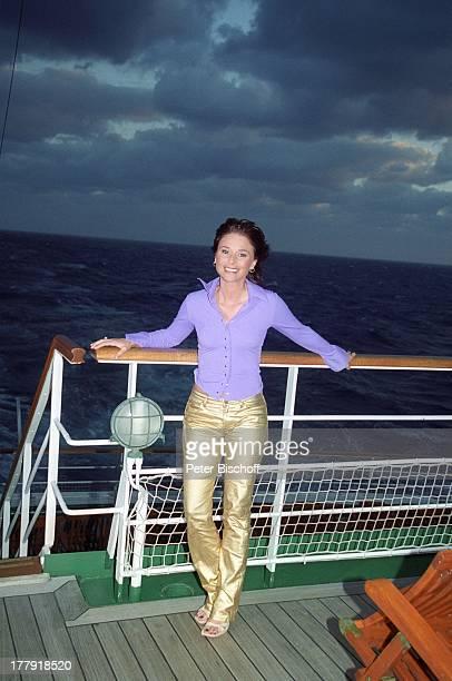 """Lisa del Bo, auf Deck, ARD-Show """"Zauberhafte Heimat"""", MS """"Deutschland"""", Mittelmeer-Kreuzfahrt, Kreuzfahrtschiff, Schiff, kalter Sturm, Himmel,..."""