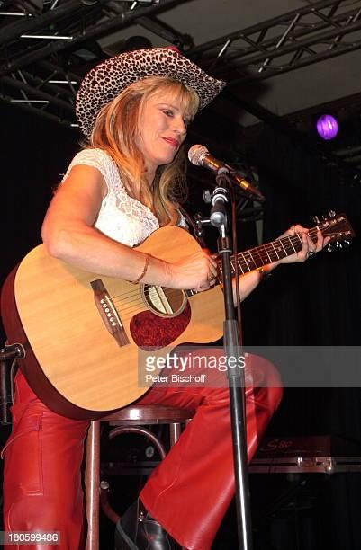 Lisa Fitz 50 Geburtstag von Lisa Fitz Wirtshaus zum Schlachthof München Bayern Feier Party MottoBorn to be wild Mikrophon Auftritt Bühne Instrument...