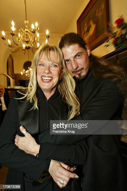 """Lisa Fitz Mit Ihrem Frisch Geschiedenen Freund Peter Knirsch Bei Der """"Derrick"""" Premiere Im Gloria Kino In München Am 250304"""