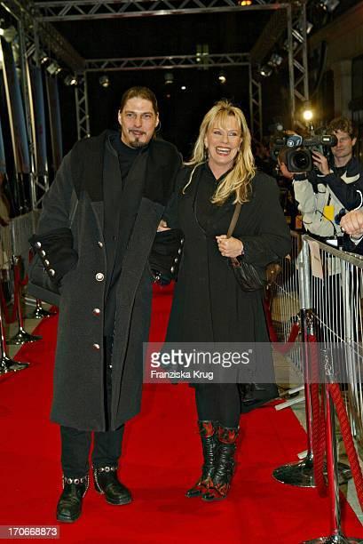 """Lisa Fitz Und Freund Peter Knirsch Bei Der """"Derrick"""" Premiere Im Gloria Kino In München Am 250304"""
