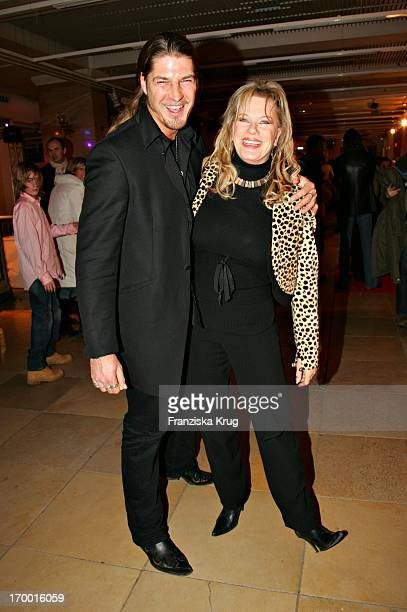 """Lisa Fitz with friend Peter Knirsch In """"Heaven And Chicken"""" premiere in the forum at the German Museum in Munich on 220106."""