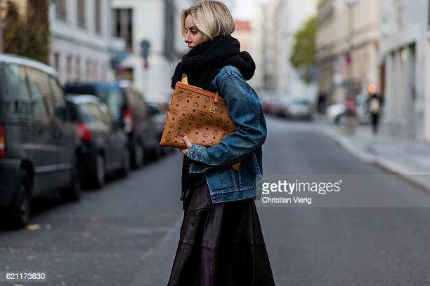 Lisa Hahnbueck wearing a navy dark blue oversized Boyfriend Denim Jacket Citizens of Humanity Wilkes a black HM Trend Knit a black Set fashion...
