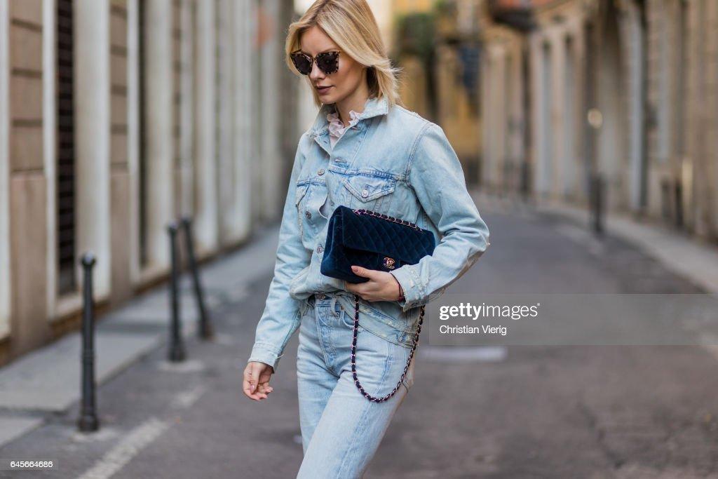 Street Style: February 26 - Milan Fashion Week Fall/Winter 2017/18 : Nyhetsfoto
