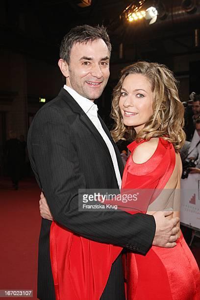 Lisa Martinek Mit Ihrem Freund Giulio Ricciarelli Bei Der Ankunft Zum 20 Europäischen Filmpreis Am 011207 In Berlin In Der Arena In Treptow
