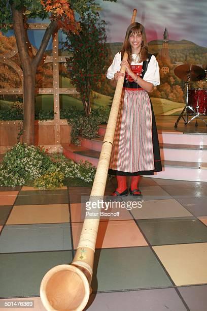Lisa Stoll mit Alphorn MDRMusikshow Wernesgrüner Musikantenschenke Wernesgrün Steinberg Sachsen Deutschland Europa Auftritt Bühne Instrument...