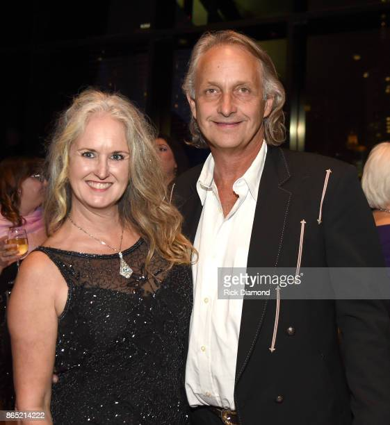 Lisa Sutton and Eric Linden take photos at the Country Music Hall of Fame and Museum Medallion Ceremony to celebrate 2017 hall of fame inductees Alan...