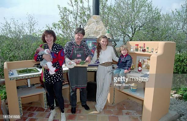 Lisa Wellenbrink mit Tochter Clarissa Ehemann Egon Wellenbrink Tochter Susanna Sohn Nico Mallorca Spanien Musiker Schauspieler Schauspielerin...