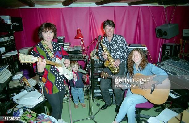 Lisa Wellenbrink Sohn Nico Ehemann Egon Wellenbrink Tochter Susanna Mallorca Spanien Musiker Schauspieler Schauspielerin Studio Gitarre Mikro...