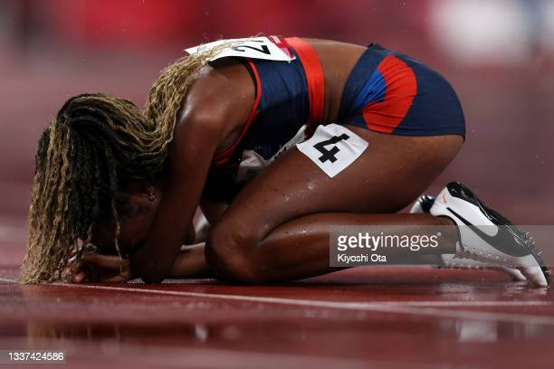 Lisbeli Marina Vera Andrade of Team Venezuela celebrates winning the gold medal after competing in the Women's 100m - T47 final on day 7 of the Tokyo...
