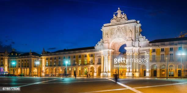 lisbon arco da rua augusta praca do comercio illuminated portugal - praça do comércio imagens e fotografias de stock