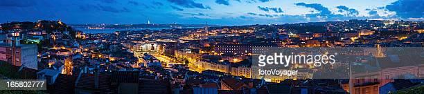 illuminato skyline panorama di lisbona, portogallo - statua di cristo re foto e immagini stock