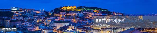 Referências de Lisboa e Telhados iluminada ao anoitecer panorama Portugal