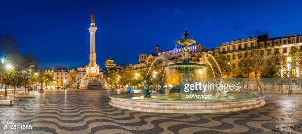 リスボン ペドロ 4 世広場ロッシオ噴水モニュメント点灯パノラマ ポルトガル - ロッシオ広場 ストックフォトと画像