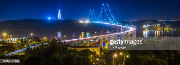 lisbon ponte 25 de abril bridge illuminated night panorama portugal - statua di cristo re foto e immagini stock
