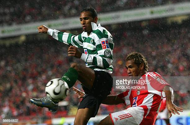 Benfica's Beto vies with Sporting's Liedson the Luz stadium in Lisbon 28 January 2006, during their Portuguese premier league football match....