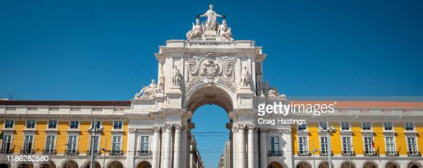 lisbon portugal panorama the 18th century arco da rua augusta, triumphal arch gateway, next to the praca do comercio square in baixa district in lisbon, portugal, on a sunny day. - praça do comércio imagens e fotografias de stock
