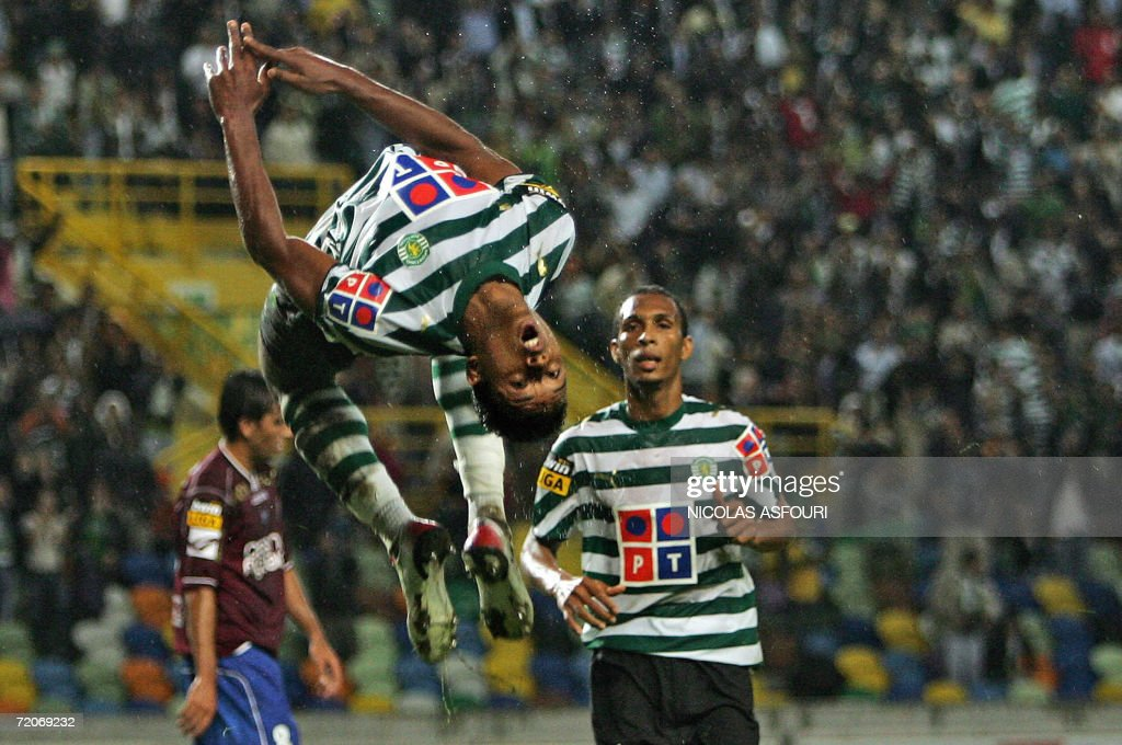 Sporting's Nani (C) jumps to celebrate a : ニュース写真