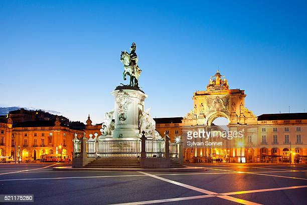 lisbon, praca do comercio at night, statue of king jose i - provincie lissabon stockfoto's en -beelden