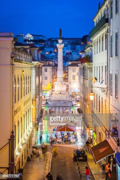 リスボン praca dom ペドロ iv ロシオ ポルトガル夕暮れ時に点灯 - ロッシオ広場 ストックフォトと画像