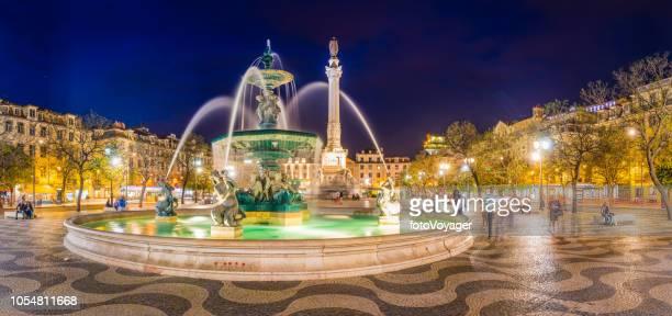 リスボン ロッシオ ペドロ 4 世広場の噴水ライトアップ夜パノラマ ポルトガル - ロッシオ広場 ストックフォトと画像