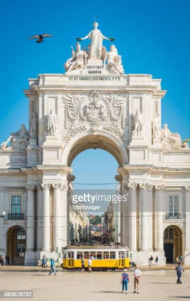 lisbonne rua augusta arche emblématique jaune tram et touristes portugal - lisbonne photos et images de collection