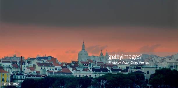 lisbon skyline at sunset - victor ovies fotografías e imágenes de stock