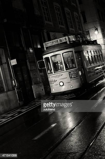 夜のリスボンのトラム - バイシャ ストックフォトと画像