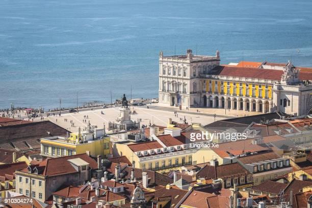 lisbon urban skyline of praça do comércio and tagus river, portugal - praça do comércio imagens e fotografias de stock