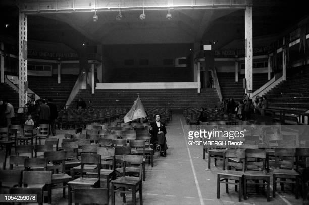 Lisbonne Portugal 27 mars 1975 Meeting du Parti communiste portugais en présence du leader du parti Alvaro Cunhal Ici un sympathisant est resté assis...