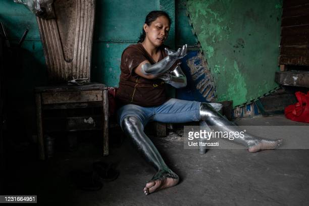 Lisda , has five children and is six months pregnant wearing silver paint as prepare beg on the street on March 10, 2021 in Depok, Indonesia. Lisda,...