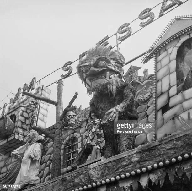 Lise Sarian pose à côté d'un monstre préhistorique de l'attraction le train préhistorique à la Foire du Trône sur la pelouse de Reuilly à Paris en...