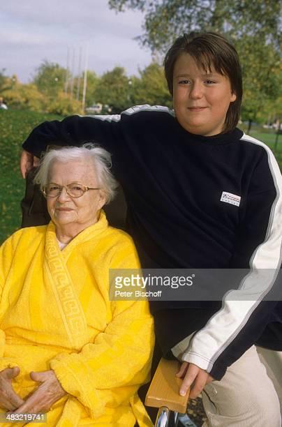 Liselotte Krause mit Enkel Alexander Park vom Krankenhaus am KölnMerheim NordrheinWestfalen Deutschland