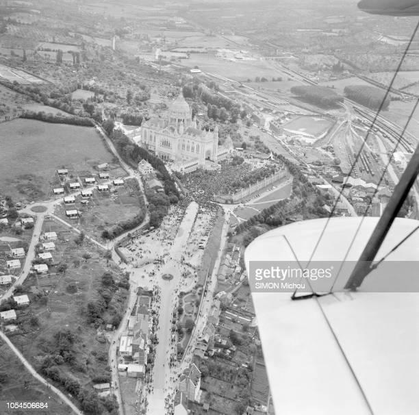 Lisieux France juillet 1954 La basilique SainteThérèse de l'EnfantJésus à Lisieux a été consacrée les 10 et 11 juillet devant 100 000 fidèles Pour la...